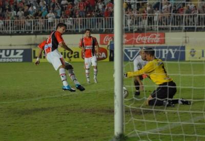 Charles perde um dos gols a queima roupa com o goleiro Paulo Sérgio